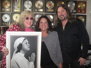 "Allee Willis, Diane, Kenny Lee with Photo of ""The Queen"""