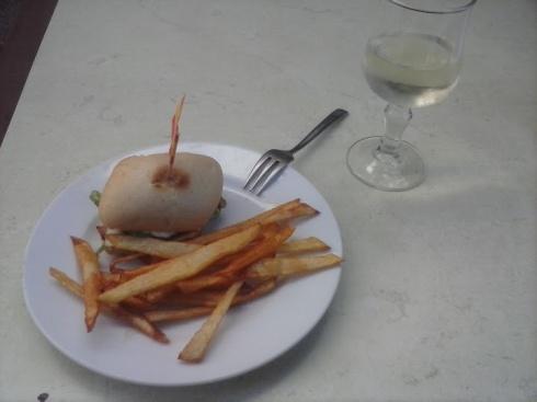 Mesón Granadino: Rondeau Granadino: Pulguita de jamon al horno con lechuga y cebolla